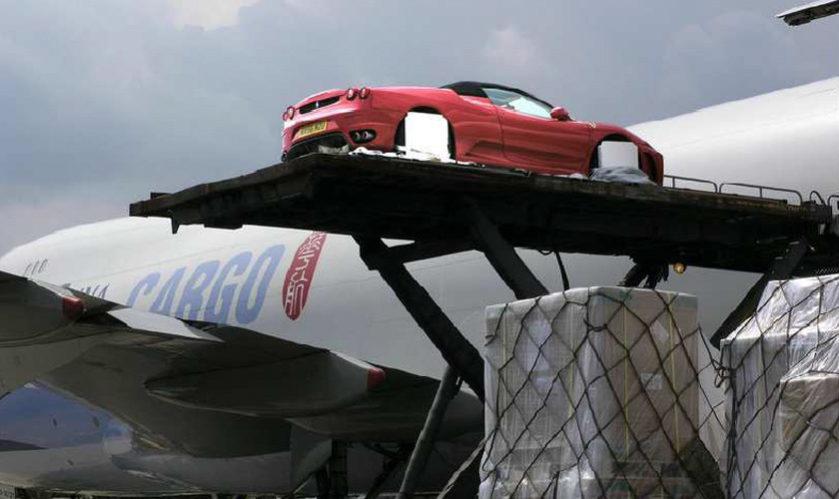 ハイリフトローダー車で貨物室ドアまで持ち上げます。